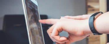 Bilde av hender som peker på skjerm